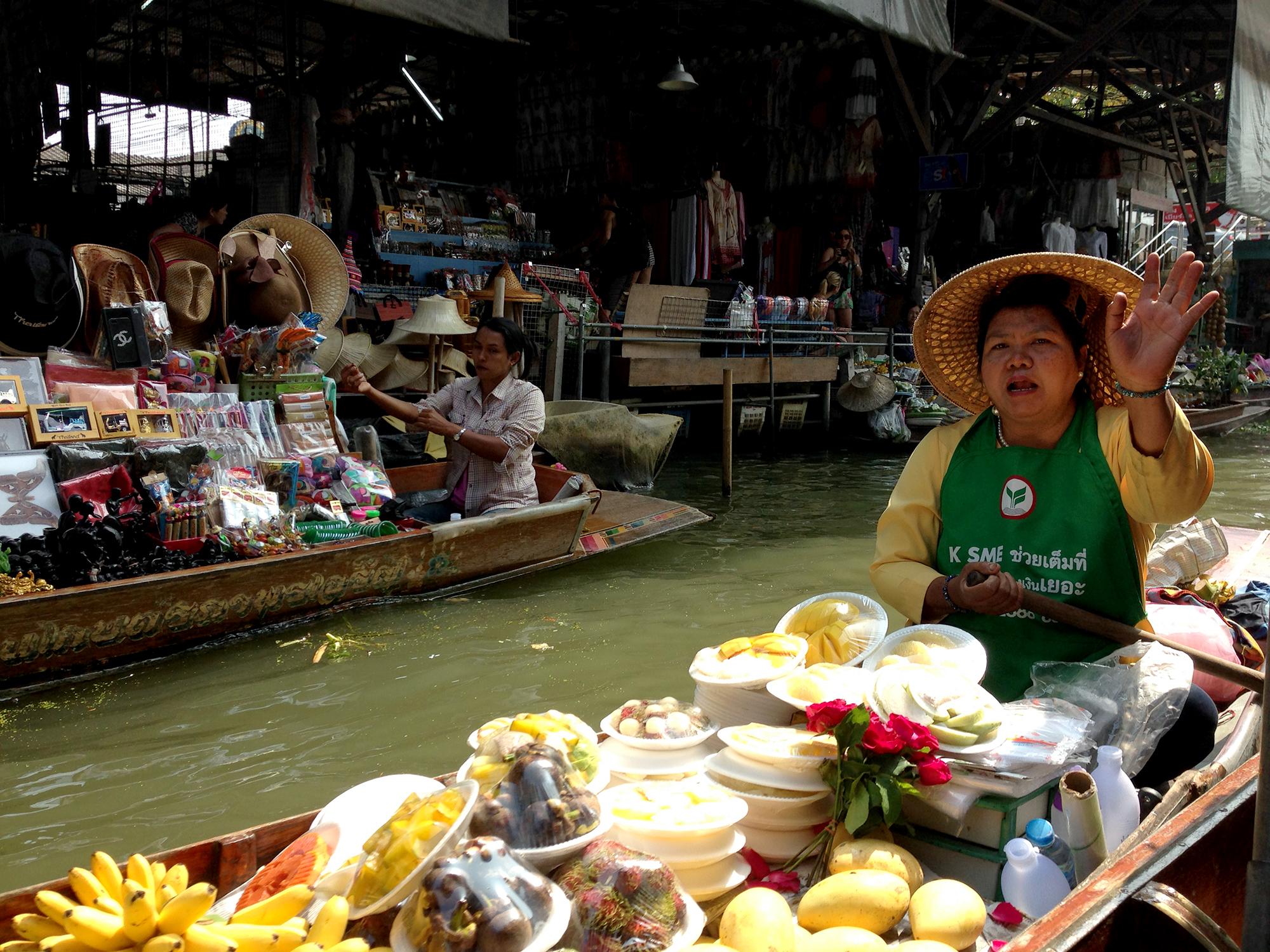 Mujer vende frutas Bangkok, mercado flotante