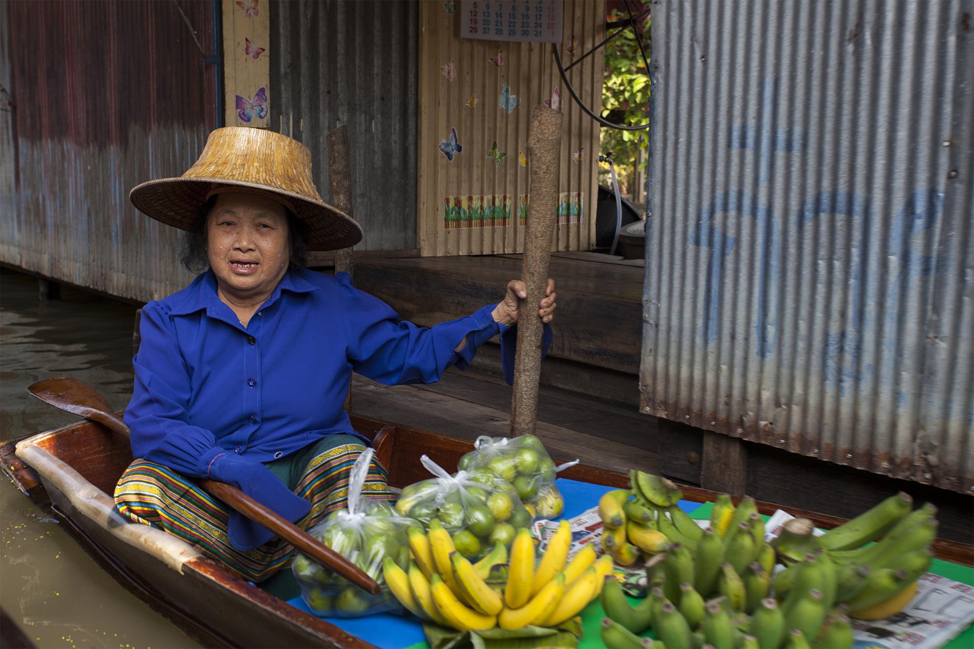 Mujer vende frutas 2 Bangkok, Mercado flotante